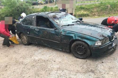 Nastolatek w BMW wpadł do rowu w Rokowie. Jego auto dachowało