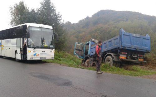 Kierowca ciężarówki ryzykował własnym życiem, by ocalić autobus...