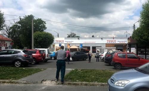 Akcja ratunkowa na parkingu pod Tesco. Nie żyje 79-letni mężczy...