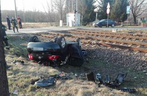 Samochód wjechał pod pociąg. Trzy osoby ciężko ranne