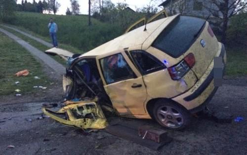Auto wypadło z drogi i uderzyło w mostek. Kierowcę znaleziono 15...