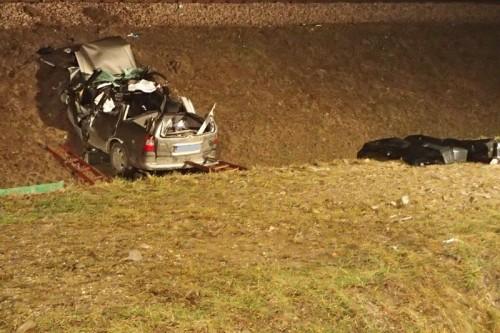 Opel roztrzaskał się o nasyp kolejowy, dwie osoby nie żyją