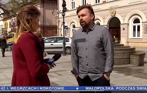 Klinowski rozmawiał z dziennikarką trzymając ręce w kieszeniach