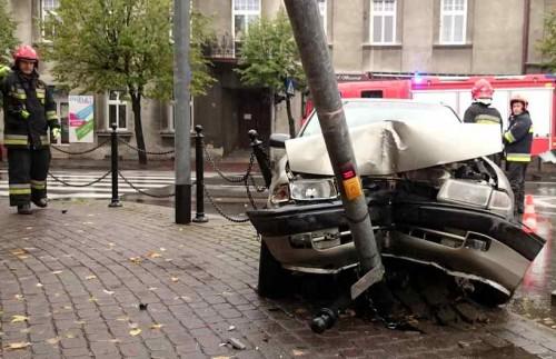 Zderzenie na skrzyżowaniu w Wadowicach. Sygnalizacja zniszczona
