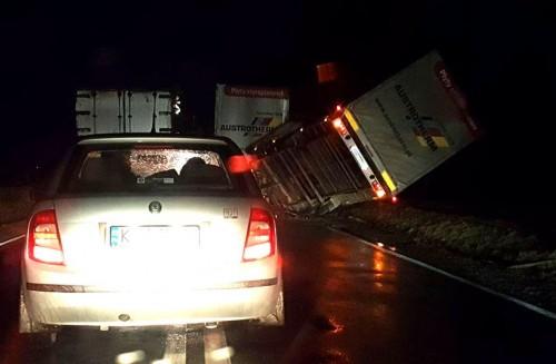 Silny wiatr przewrócił ciężarówkę. Wichura dała się we znaki mieszkańcom...