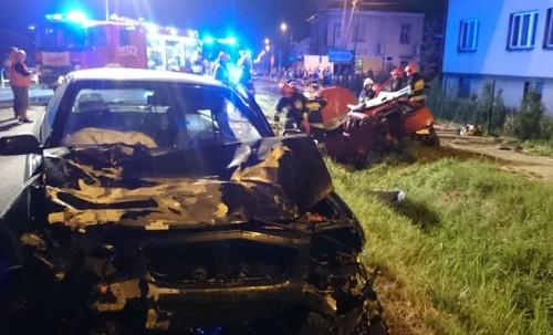 Koszmarny wypadek w Choczni. Ranny kierowca uwięziony w aucie