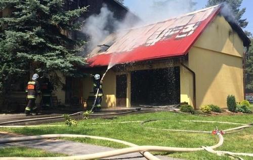 Duży pożar w Stryszowie. Spłonął garaż i dwa samochody, zagrożny...