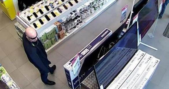 Łysy typ w ciemnych okularach ukradł w sklepie telewizor, miał pomocnika....