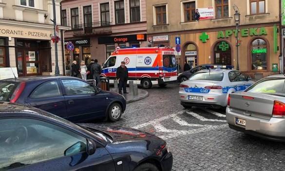 Groźne zdarzenie w centrum Wadowic. Auto potrąciło kobietę