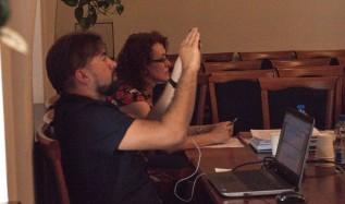 Burmistrz Wadowic Mateusz Klinowski na wczorajszej sesjii Rady Miejskiej. Klinowski poświęca swoją aktywność na robienie zdjęć smartofnem i pisnie postów na Facebooku