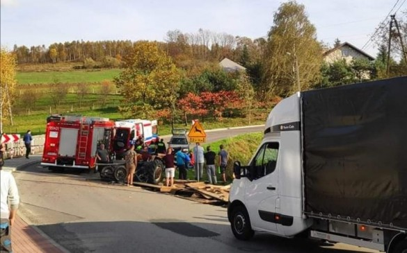W Łękawicy traktor na boku, ludzie pod wozem. W Zebrzydowicach pożar...