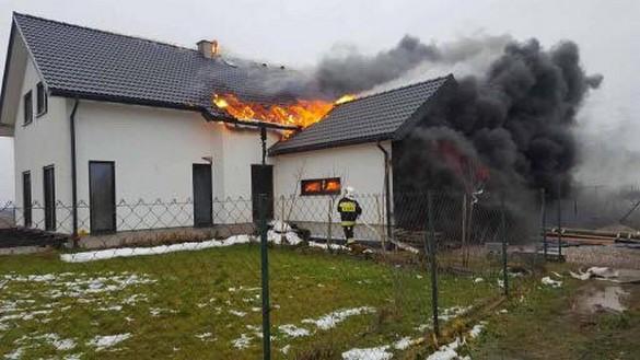 Duży pożar w Leńczach. W ogniu stanął nowy dom