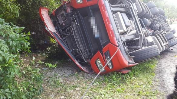 Groźny wypadek w Radoczy. Przewróciła się ciężarówka, kierowca uwięziony...