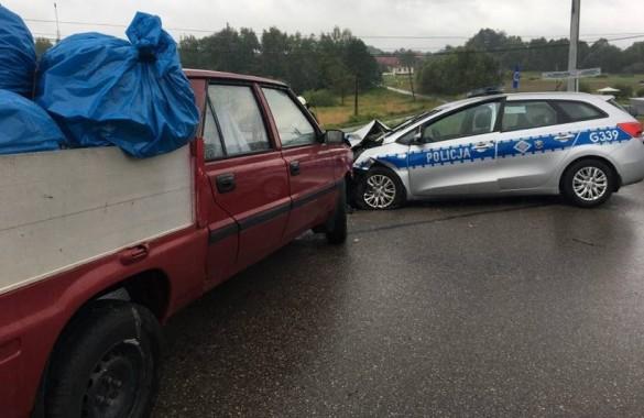 Zderzenie auta z radiowozem. Kierowca poloneza trafił do szpita...