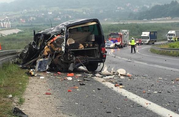 Zderzenie trzech samochodów na krajówce. Ciężarówka runęła ze s...