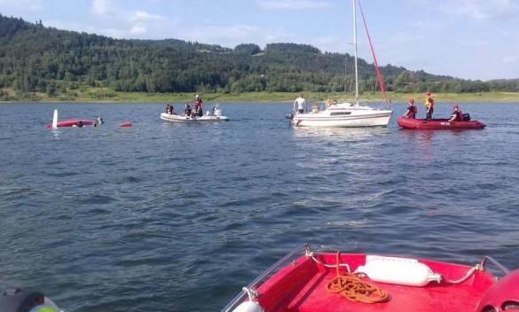 To mogło się źle skończyć! Na środku jeziora przewróciła się łódź...