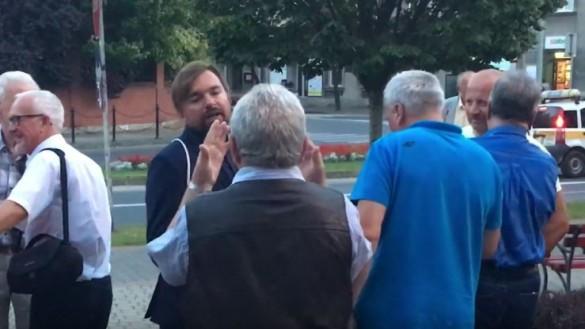 Mieszkaniec chciał pogadać po debacie, ale kandydat umknął na rowerze.