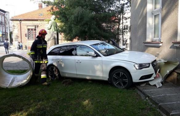 Dzwon w centrum miasta. Audi roztrzaskało słup i ścianę budynku...
