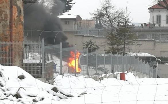 Kłęby dymu pod więzieniem w Wadowicach. Autokar stanął w ogniu