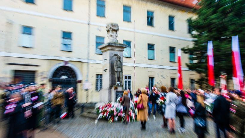 """11 listopada w Wadowicach.  Ta tradycja potkań pod pomnikiem """"dwunastaków""""  ma już 28 lat"""