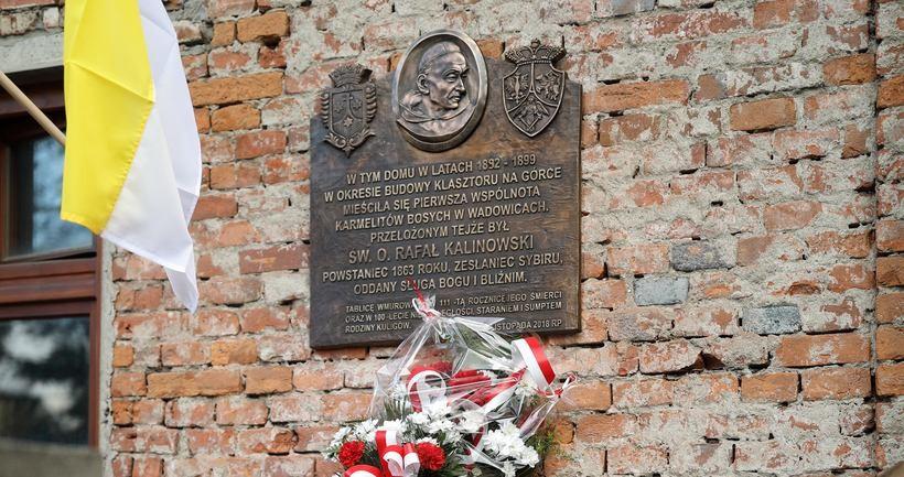Pamiątkowa tablica znajduje się na ścianie dawnego domu zakonnego