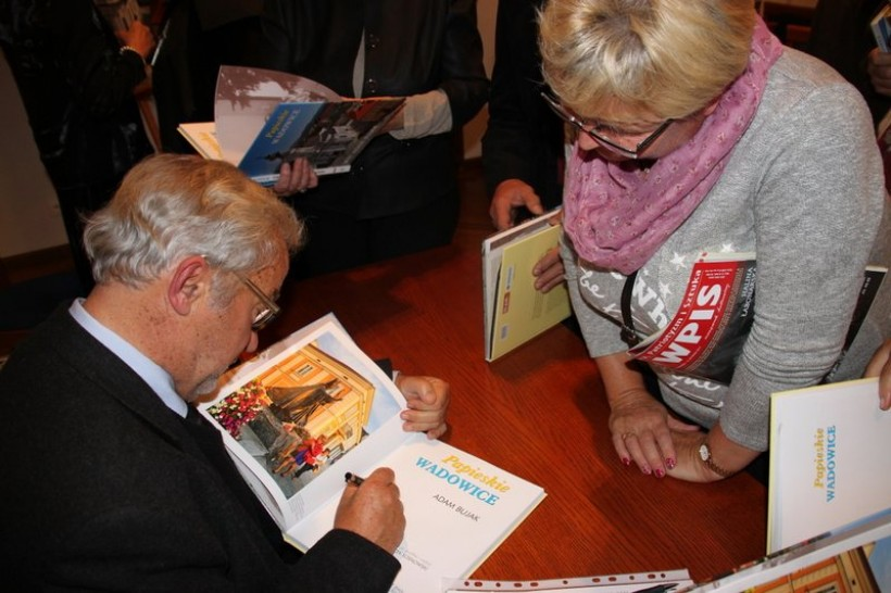 Gościem specjalnym kiermaszu będzie Adam Bujak, który bedzie podpisywał swoją ostatnią książkę