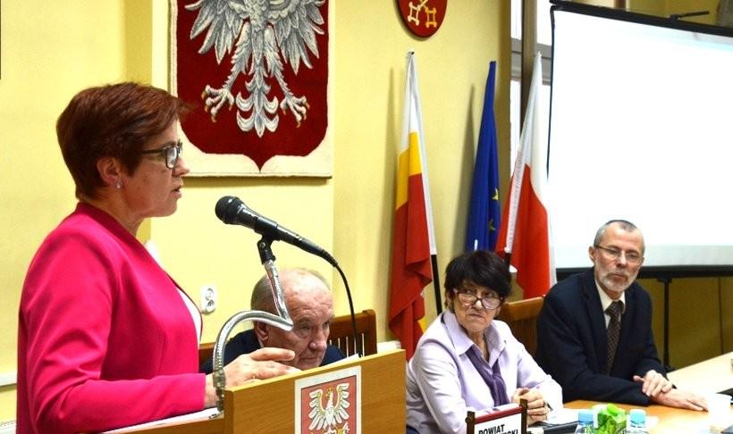 Skarbnik powiatu Maria Warchoł preentuje na sesji Rady Powiatu budżet na 2019