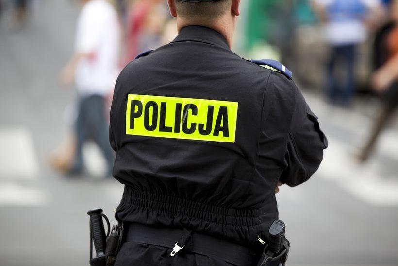 Duża akcja małopolskiej policji. Weszli do mieszkań działaczy Wisły Kraków z psem tropiącym