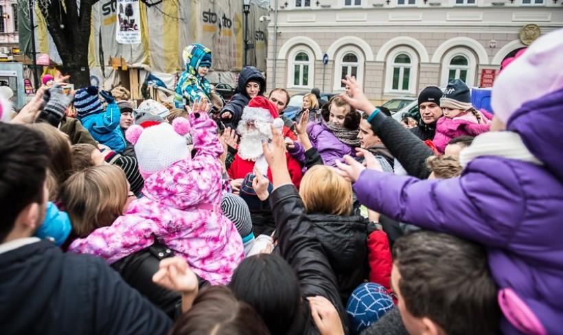 Sympatyczny Mikołaj Julian oblegany był przez tłum dzieci