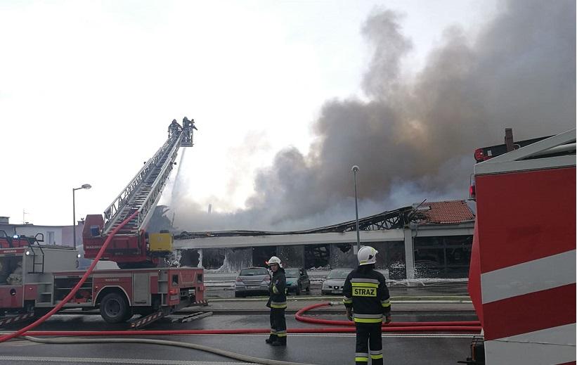 Ogromny pożar sklepu w Wadowicach. Zawalił się dach, ewakuowano personel i klientów