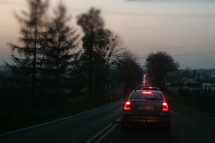 Na drogach jest ślisko. Najgorzej jest po zmroku. Policja apeluje o ostrożność