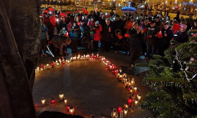 W Wadowicach solidarni z Gdańskiem. Serce ze zniczy i czerwone kartki do nieba
