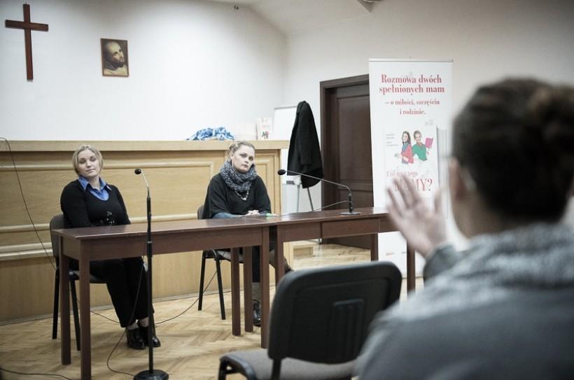 Aktorka Dominika Figurska i dziennikarka Agata Puścikowska podczas spotkania autorskiego na Karmelu