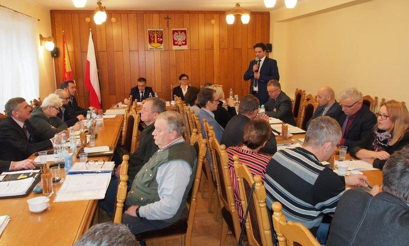 Burzliwe rozmowy na sesji w Stryszowie. Radni negocjują kasę na chodniki przy powiatówkach