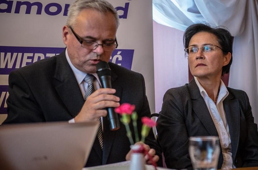 Przegrali wybory, stracili stanowiska, ale nie muszą na razie martwić się o pieniądze. Jacek Jończyk dostał na odchodne ze starostwa 54 tys. złotych, a jego zastępca Marta Królik 52 tys. zł