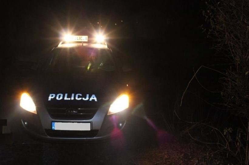 """Nocny pościg policji za 15-latkiem w Zatorze. """"Nie zatrzymał się do kontroli i wjechał fordem w pole"""""""