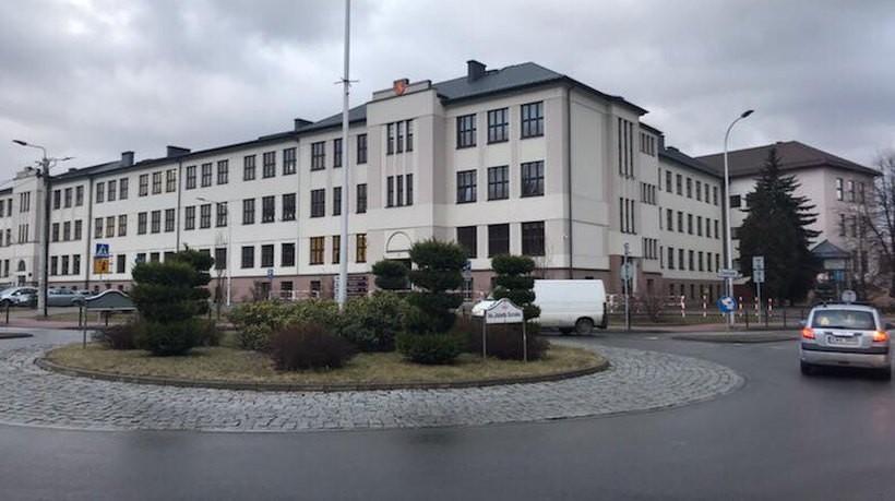 Jeden budynek w Andrychowie, dwie szkoły