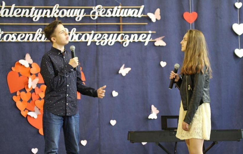 Śpiewali w obcych językach z okazji Walentynek. Dzieciaki pokazały talent w Radoczy