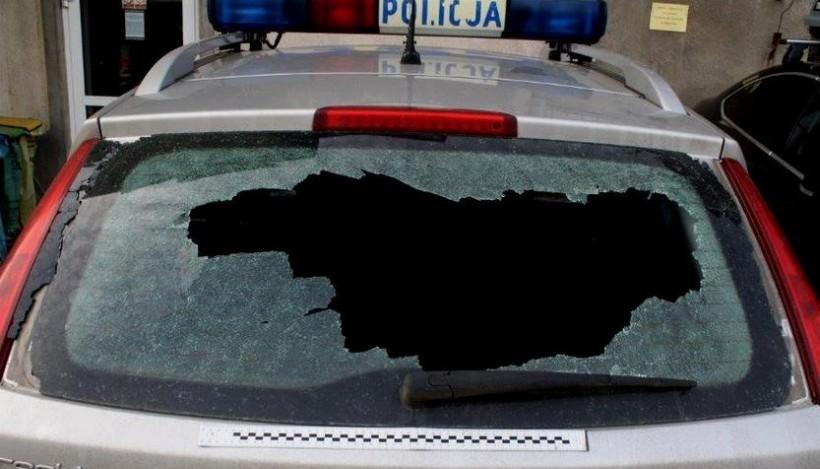 Napastnik rozbił policjantom szybę w radiowozie