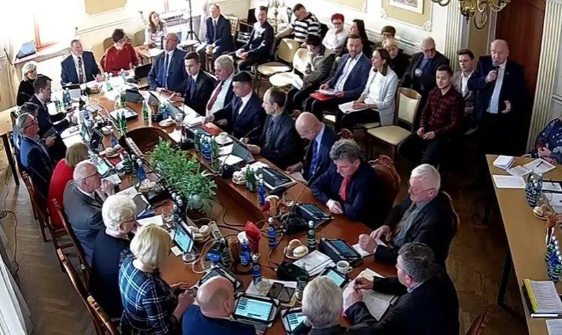 Radny powiatowy Adam Kubik przemawia na sali sesyjnej w Andrychowie