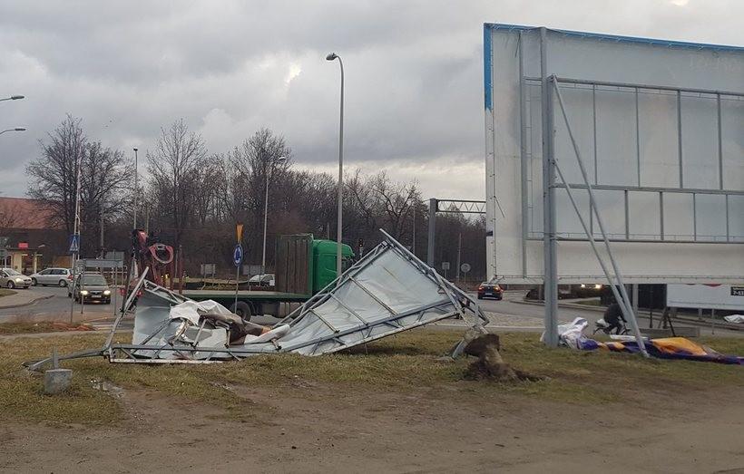 Wiatr zniszczył dużą reklamę przy obwodnicy Wadowic