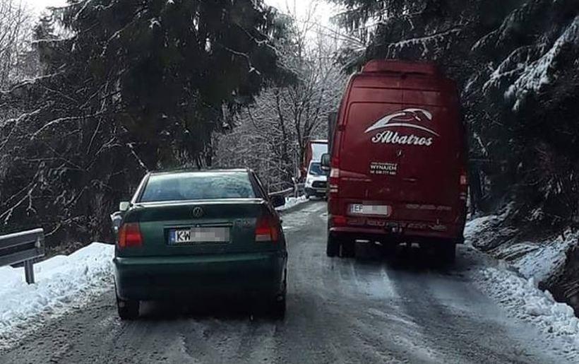 Ciężkie auta zablokowały drogę przez Kocierz
