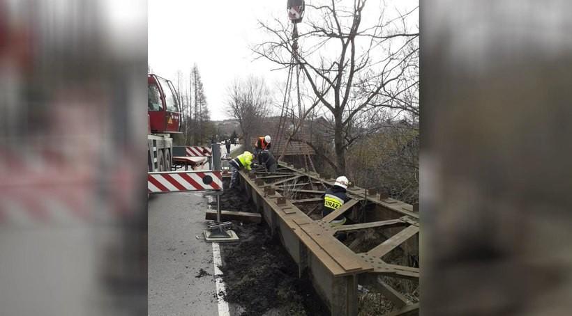 Tak się to robi w Zakrzowie. Znaleźli w ziemi stare przęsło, z którego zbudują sobie nowy most