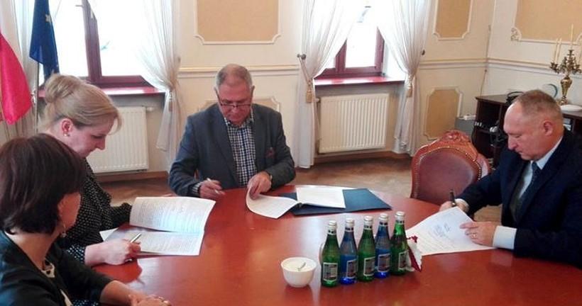 Burmistrz Andrychowa Tomasz Żak podpisał umowę na odbiór śmieci