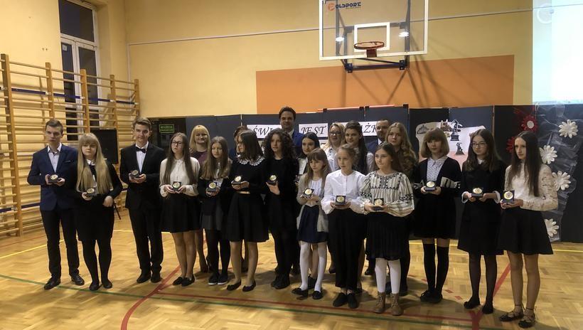 """Specjalne medale dla uczniów w Zakrzowie: """"Primus inter pares"""""""