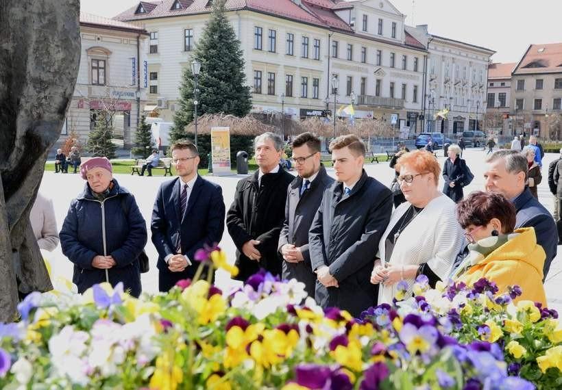 W 14. rocznicę śmierci świętego, pod pomnikiem w Wadowicach kłaniają się papieżowi Janowi Pawłowi II