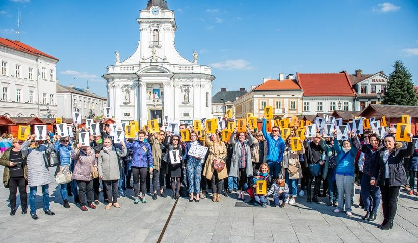 """Nauczyciele przerywają milczenie podczas """"marszu milczenia"""" w Wadowicach. Co powiedzieli?"""