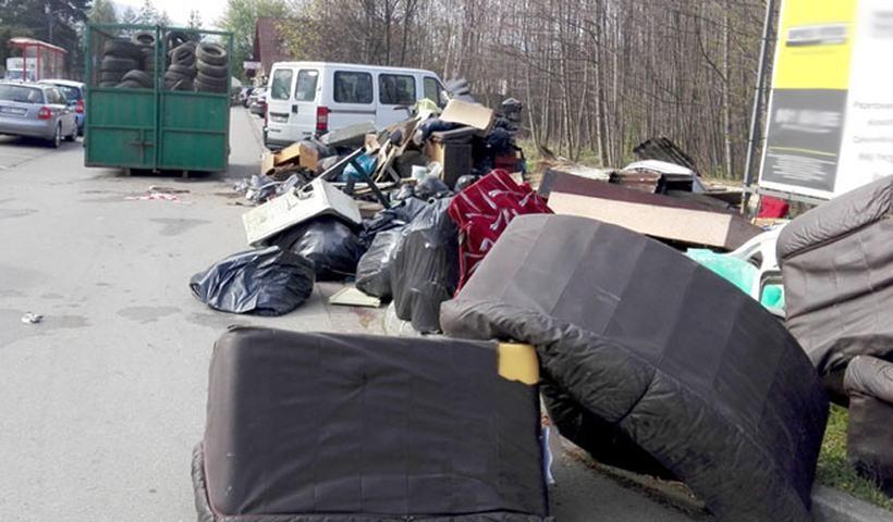 Tony nielegalnych śmieci przy cmentarzu w Andrychowie