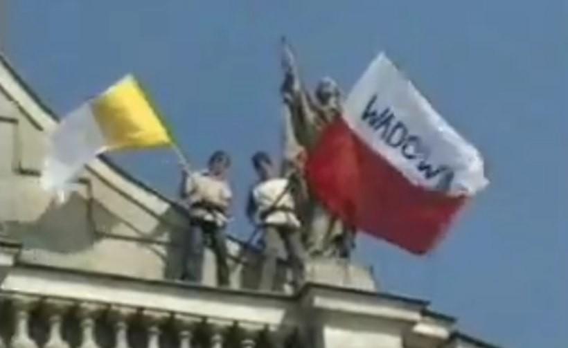 Turyści nagrali przelot papieża nad Wadowicami i mieszkańców