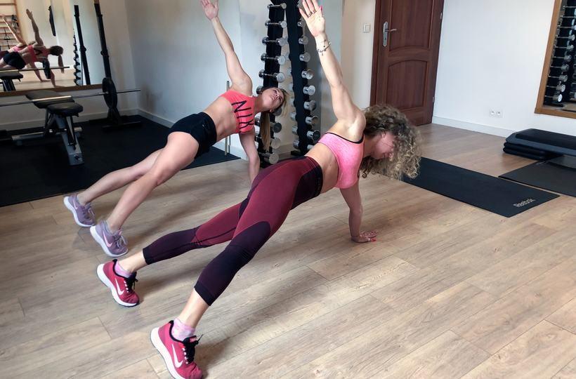 Czterominutowy trening w domu na płaski brzuch. Zobacz film instruktażowy od trenera Tomka